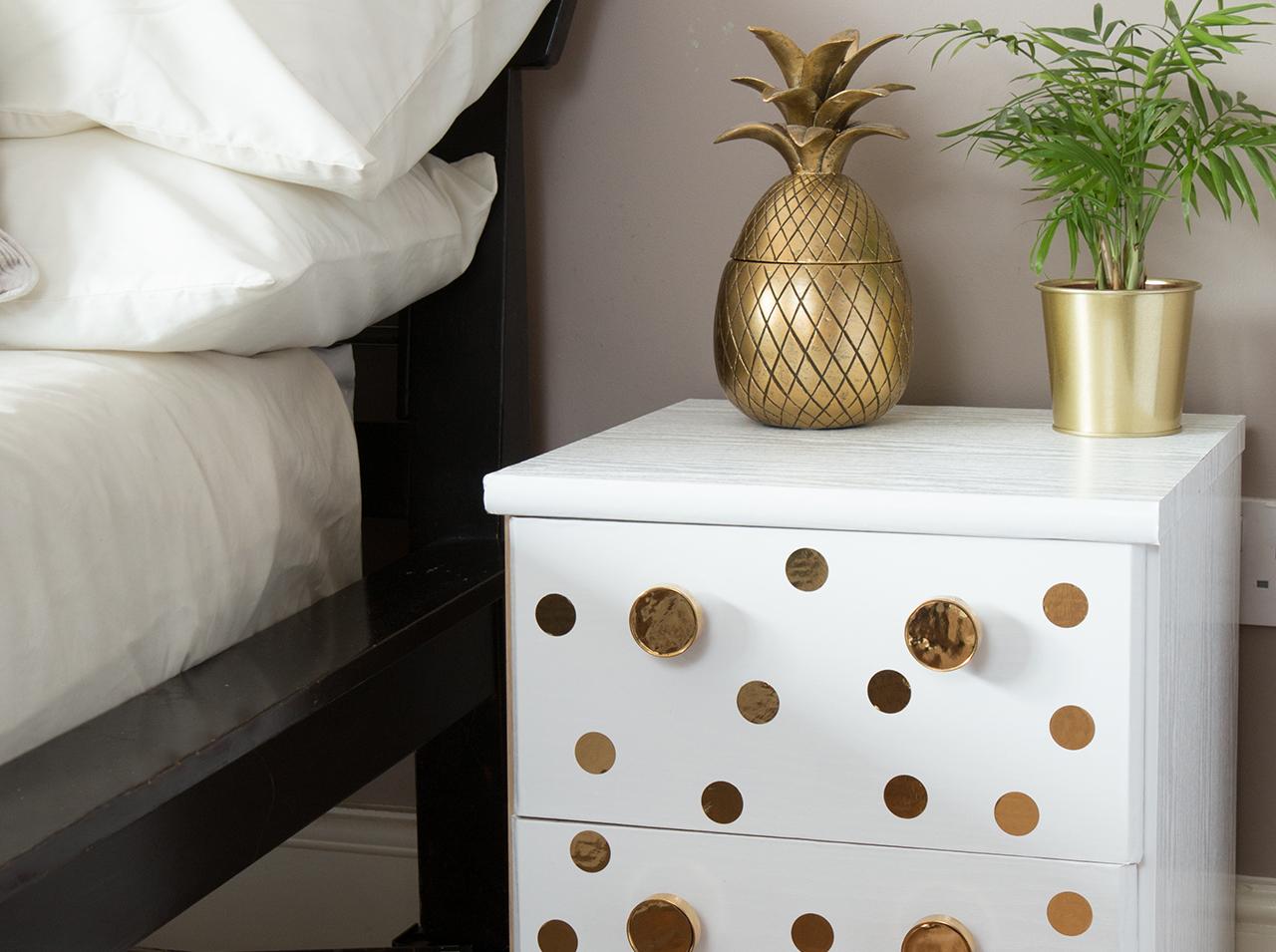 dcfix Möbel Klebefolie Dekofolie DIY Deko Schlafzimmer Nachttisch Gold