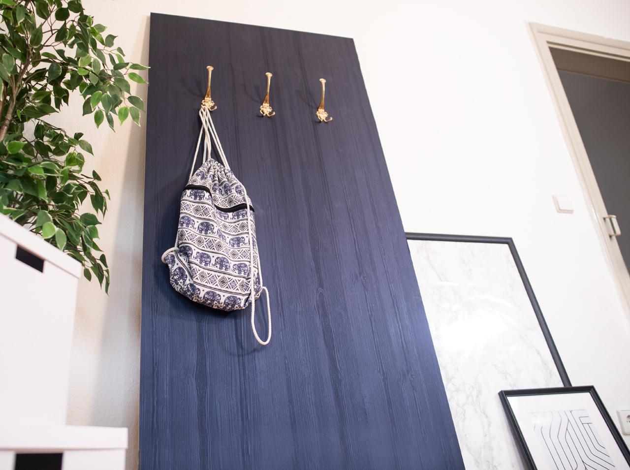Mit d-c-fix® Dekofolie beklebtes Wandpaneel mit Kleiderhaken als DIY Garderobe in Holzoptik