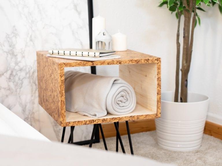 DIY Nachttisch im Mid-Century-Design mit schwarzen Beinen und Oberfläche in Korkoptik mit d-c-fix® Klebefolie