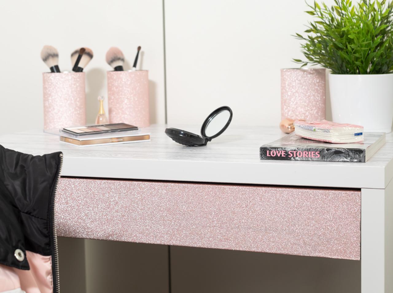 Riuso creativo fai-da-te: nuovo design del tavolo per il trucco con pellicola adesiva d-c-fix® Shabby Wood e Glitter Rose