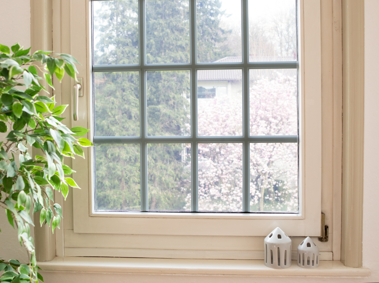 Une fenêtre recouverte d'un film de protection solaire statique d-c-fix® pour réduire efficacement le rayonnement solaire et la chaleur.