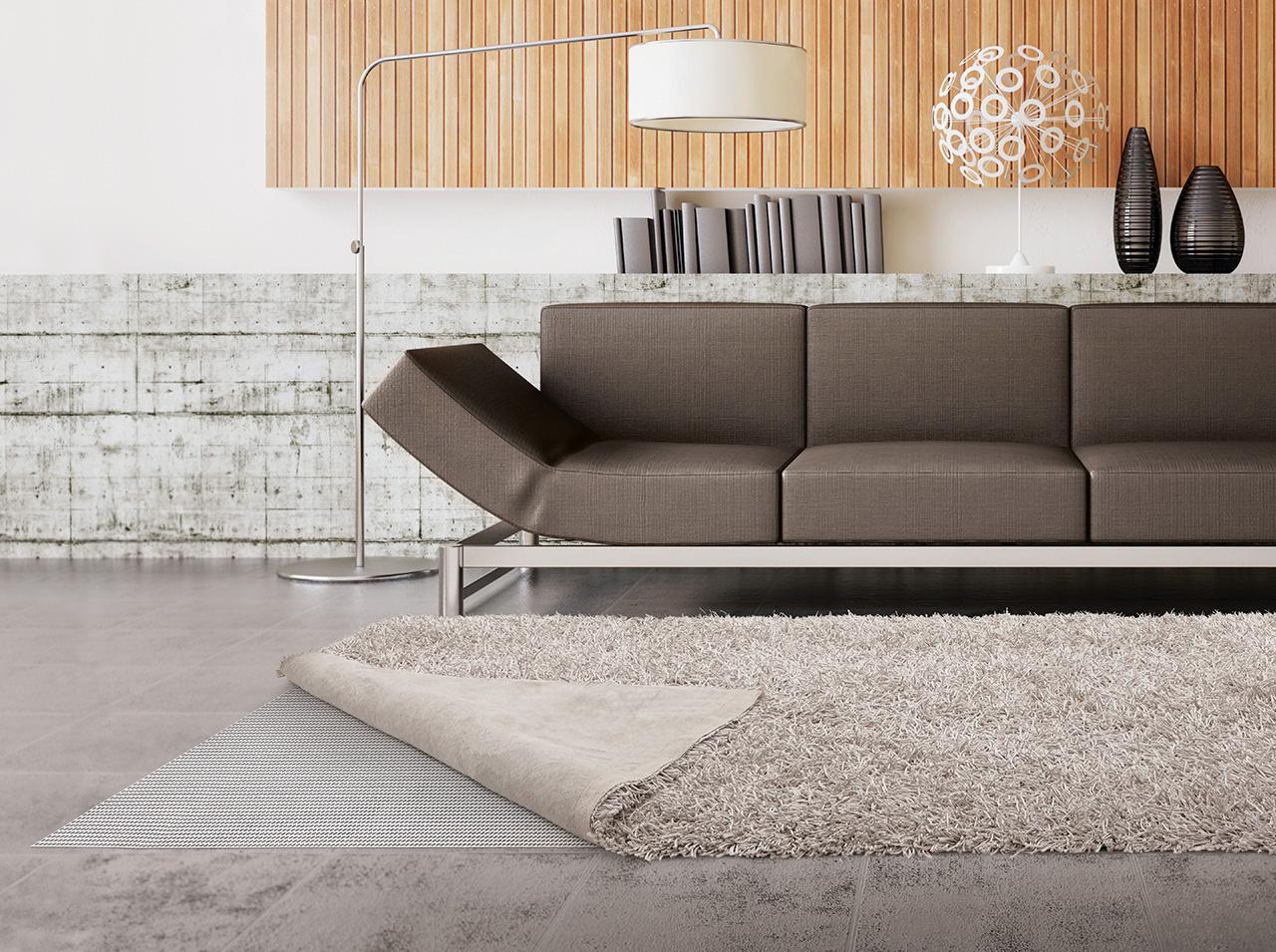 Mata podłogowa d-c-floor® położona pomiędzy podłogą a dywanem zapobiegnie jego poślizgom.