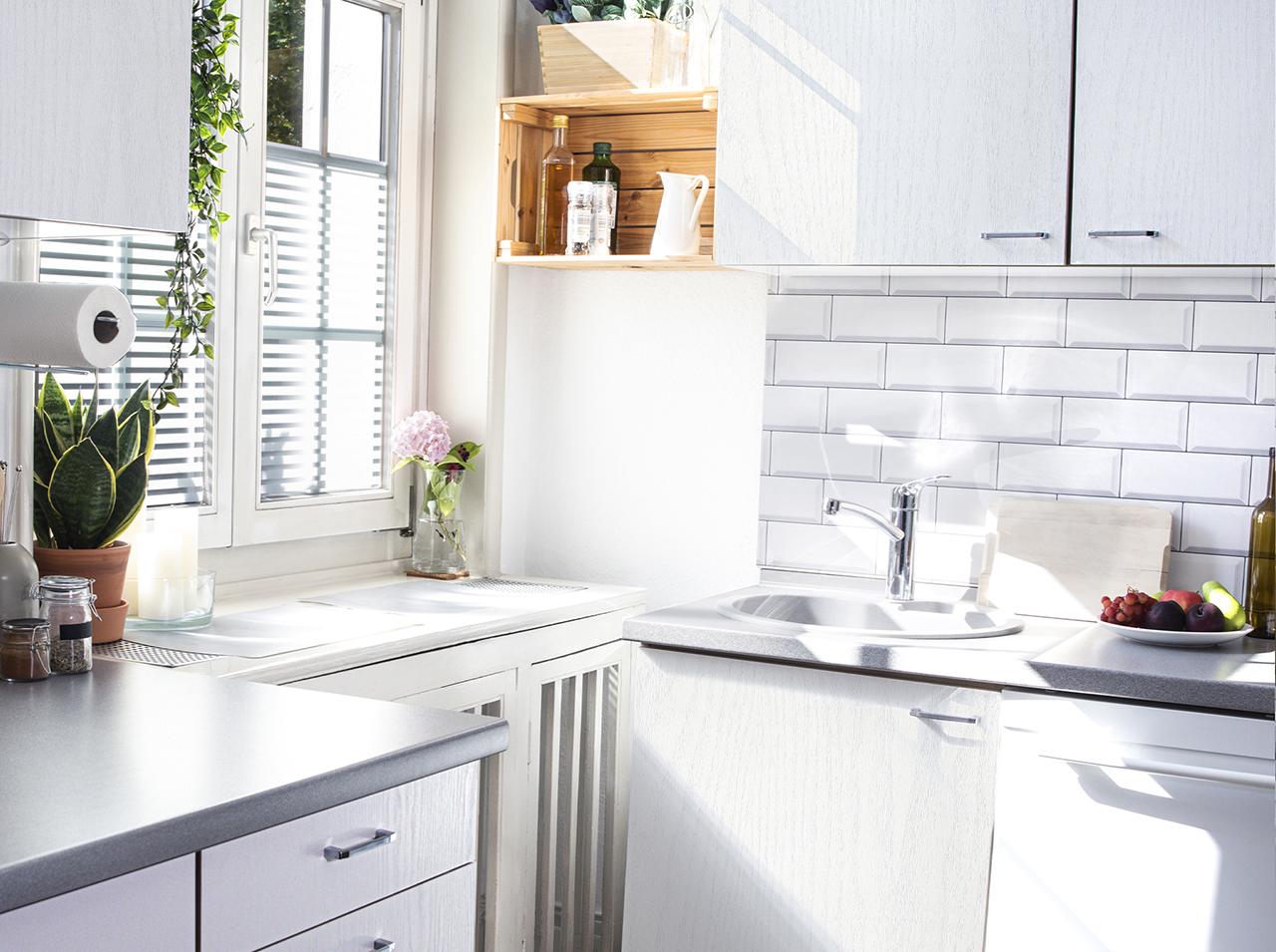 Nowoczesna kuchnia w kolorze białym z d-c-fix®
