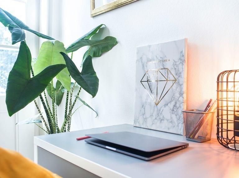 DIY Wandbild aus Leinwand mit d-c-fix® Klebefolie in Marmor-Optik beklebt und einer Diamanten-Applikation in Gold verziert.