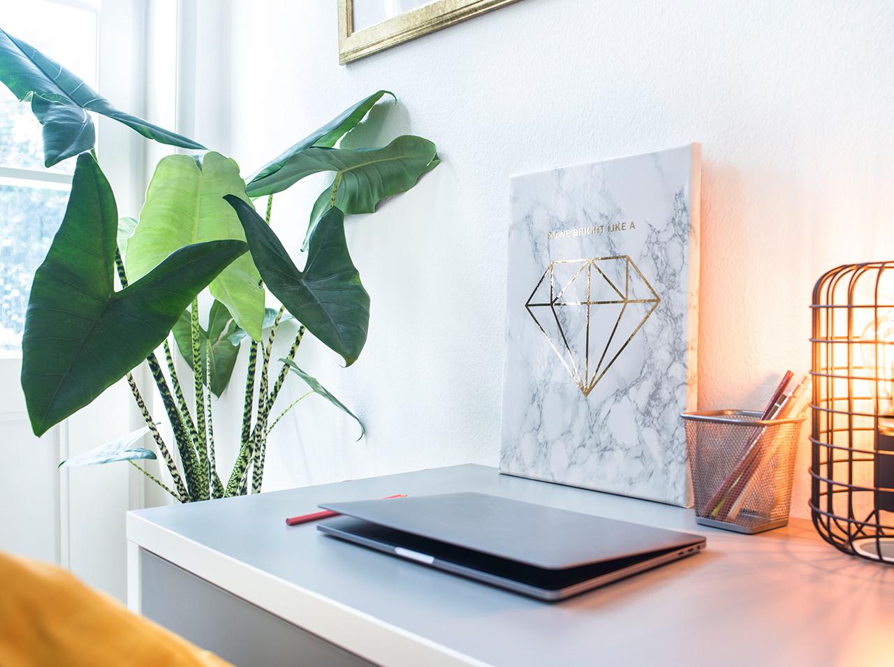 Bricolage de tableau en toile recouvert d'un film adhésif d-c-fix® à l'aspect marbré et décoré d'une application de diamant couleur or.