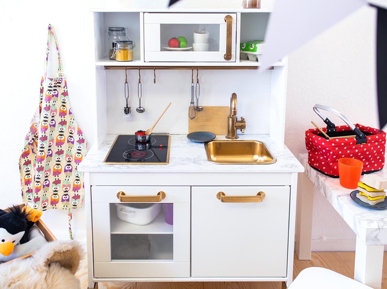 Elegante cucina per bambini in marmo