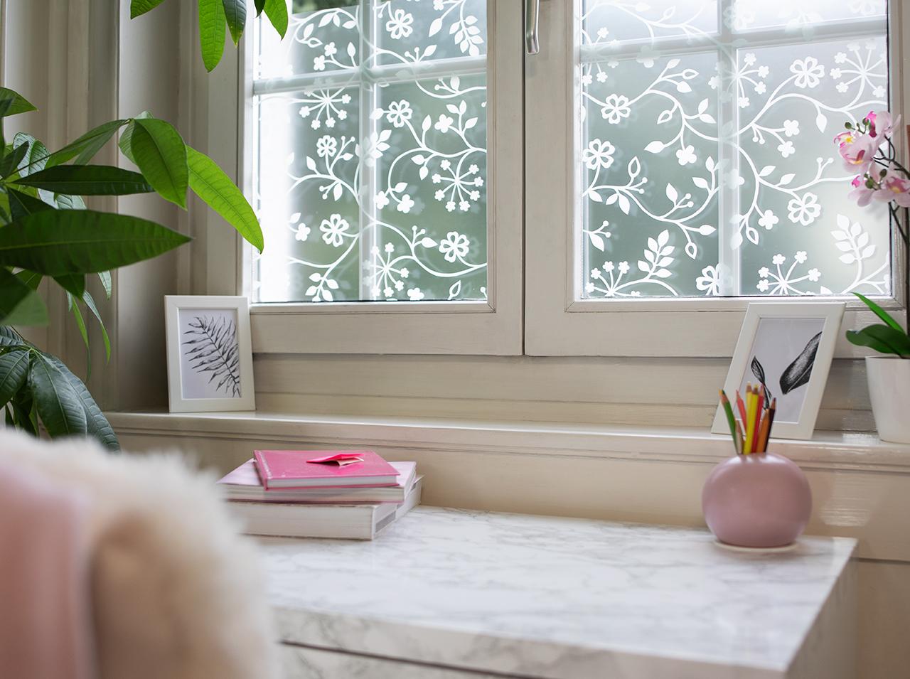 Nowa aranżacja biurka dzięki szarej folii samoprzylepnej d-c-fix® Marmi o wyglądzie marmuru. Okna pokryte folią okienną d-c-fix® Tord white dla atrakcyjnej ochrony prywatności.