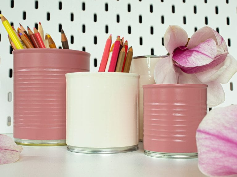 Upcycling DIY: Stylish pin holder made from cans for your desk!