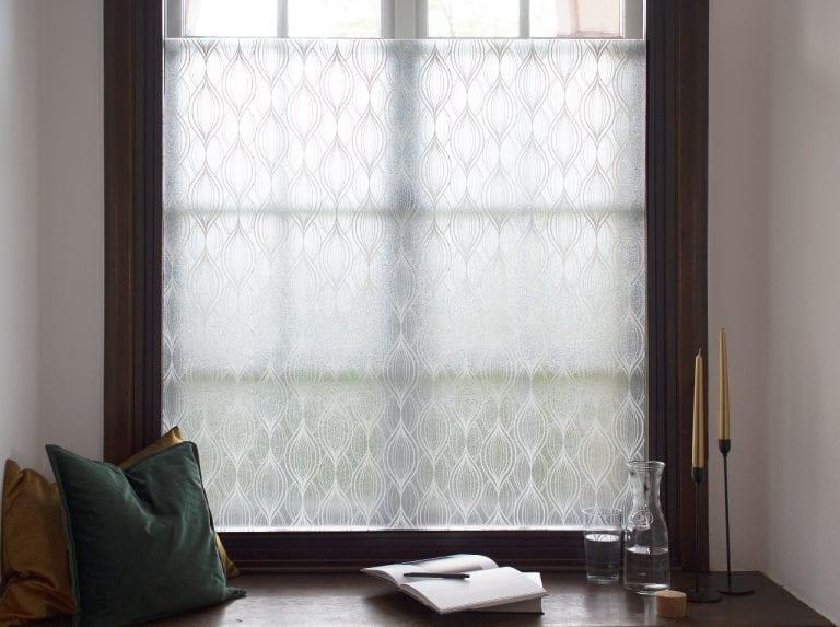 Superfici di vetro nel giardino d'inverno rivestite con la pellicola opaca d-c-fix® Charis per la protezione della privacy.