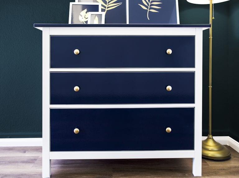 Cornice in bianco: interno con motivi di pellicola adesiva Navy Blue o in alternativa Royal Blue e Hochglanz Gold.