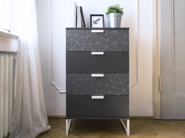 Kommode mit den Design-Klebefolien d-c-fix® Tico Silver und Anthrazit in Grautönen neu gestaltet.