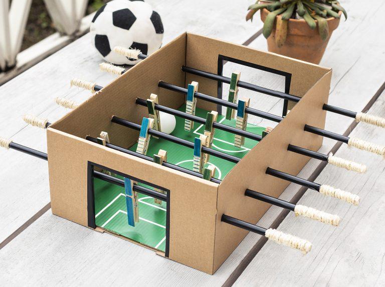 Karton mit d-c-fix® Klebefolien als Tischkicker und kleines Fußballstadion beklebt und gestaltet.