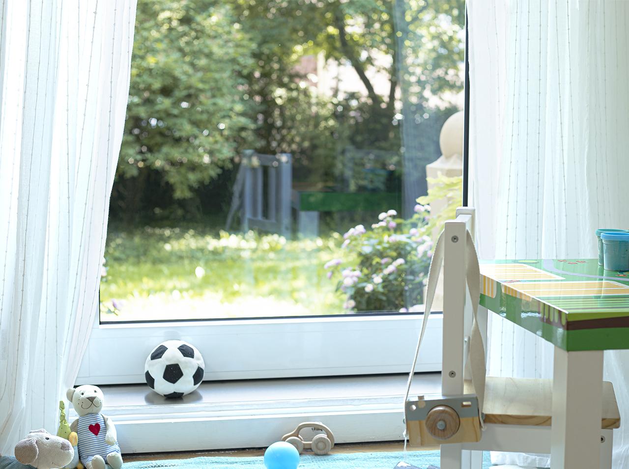 Superficie della finestra ricoperta da una pellicola per vetri d-c-fix® per garantire protezione da lesioni causate da schegge o frantumi in caso di rottura dei vetri.
