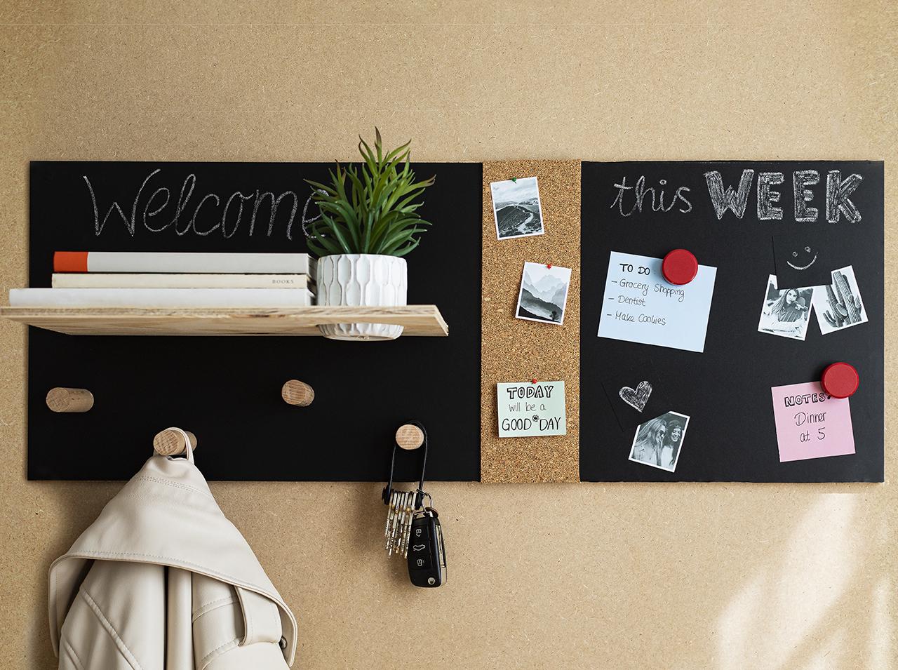 Selbst gebauter Organizer für die Wand aus Holz mit magnetischer d-c-fix® Tafelfolie beklebt.