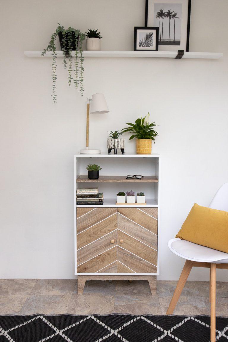 Kommode mit Türen, die mit d-c-fix® Klebefolien Ribbeck Oak und Sonoma Oak für eine täuschend echt wirkende Holzoptik in Eiche beklebt wurden.